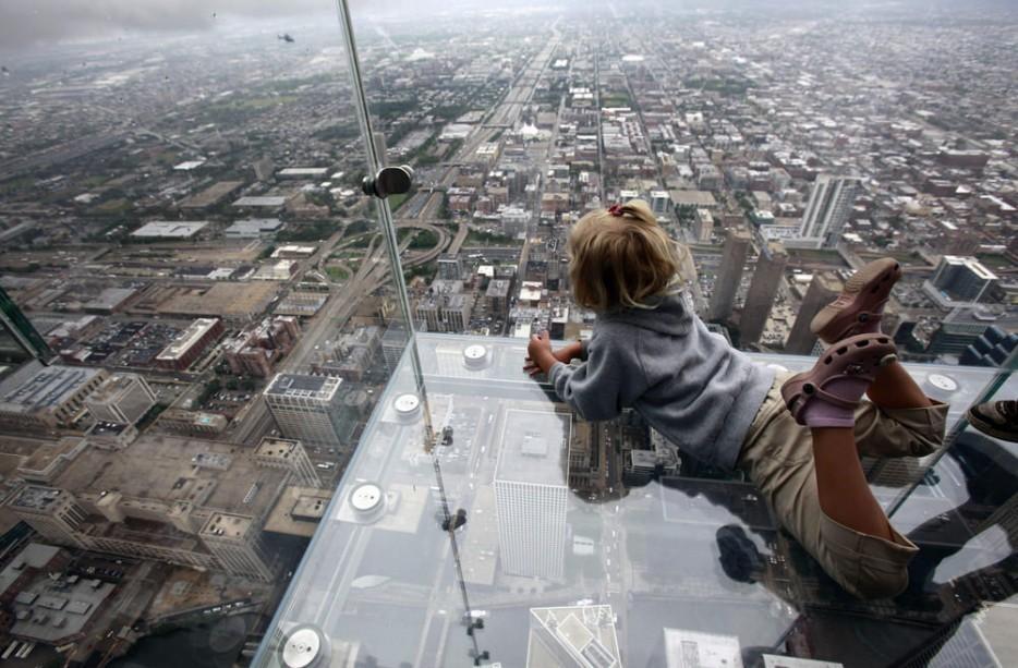 11. Хотя стеклянные панели могут выдержать вес в 4500 кг, смотреть вниз на крыши соседних небоскребо