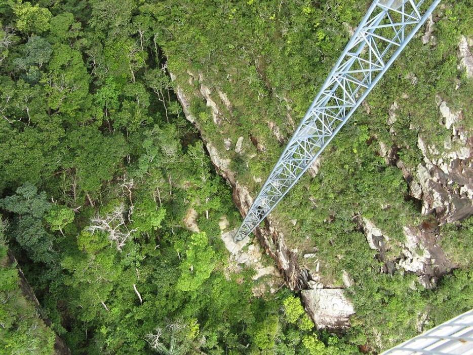 17. Этот небесный мост в Малайзии составляет 124 м в длину и находится на высоте 701м над уров