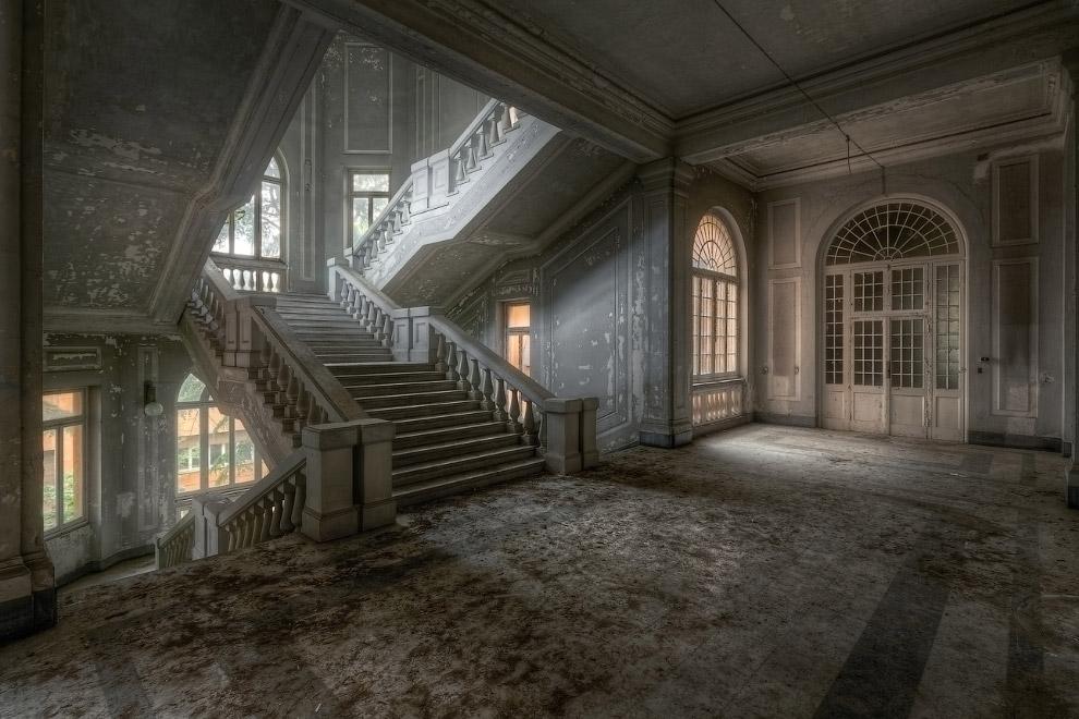 16. Красивая лестница в заброшенном здании.