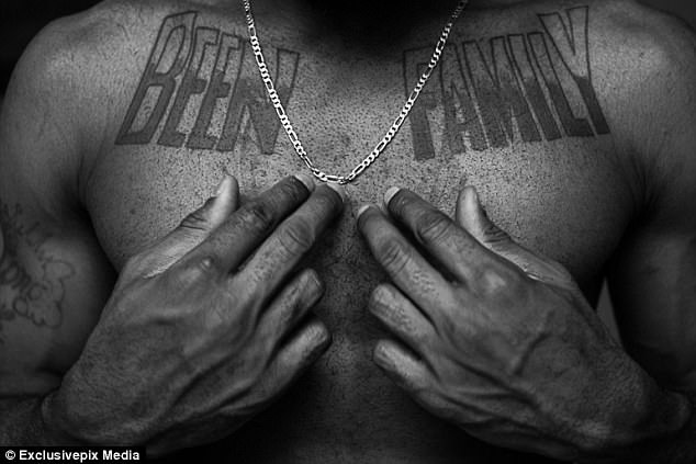 Татуировка «Семья» на груди Томаса Дженнингса, активного члена банды. Банда Bloodline насчитывает пр