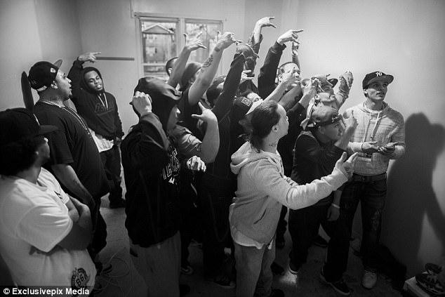 «Латиноамериканские короли» встречаются в одном из штабов банд. Ежемесячная встреча часто проводится