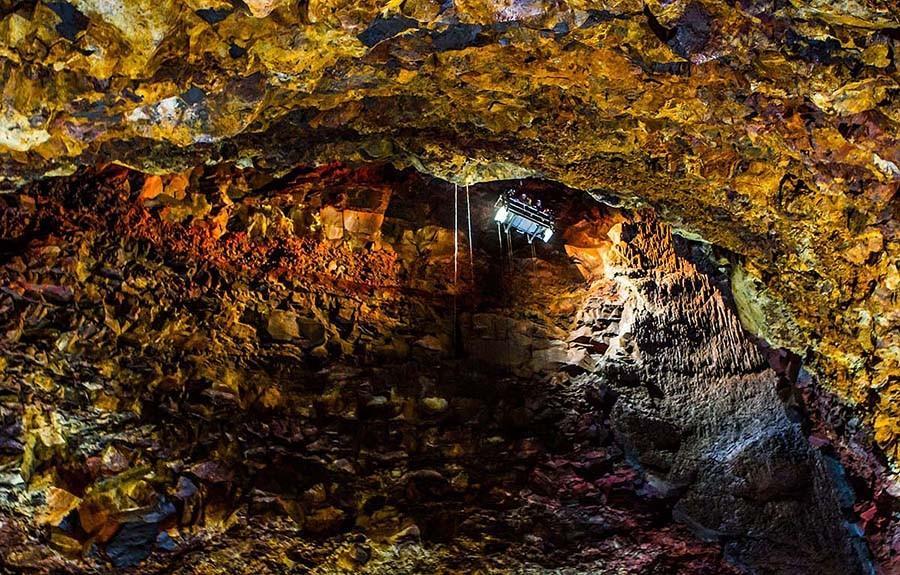 29. Ученые, исследовавшие вулкан, установили здесь лифт, который спускается вниз, и только в течение
