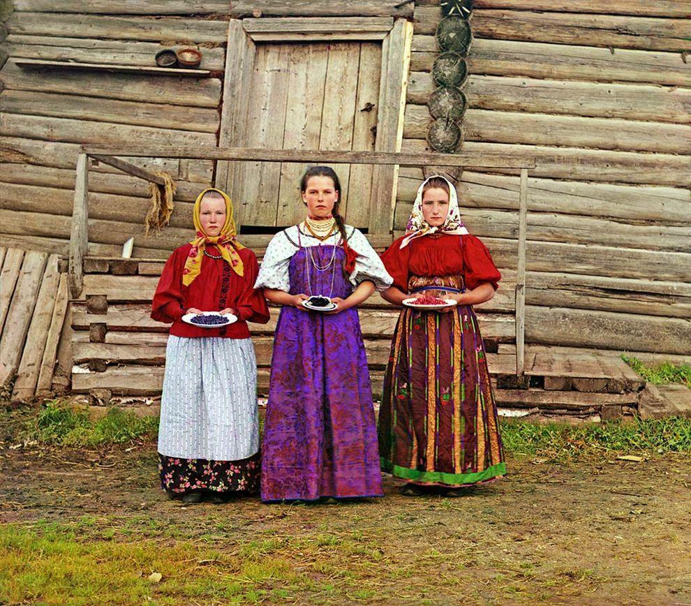 2. Крестьянские девушки. Деревня Топорня. Вологодская губерния, 1909 год.