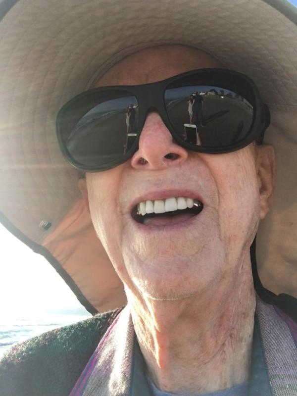 «Приятный дедуля на пляже предложил сфотографировать нас с женой. Успех».