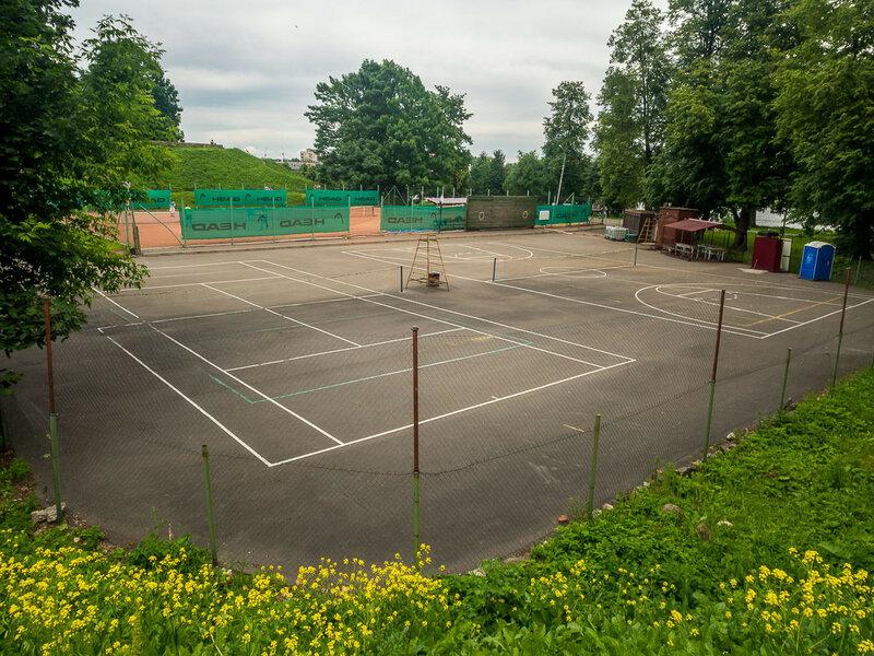 За Детинцем расположились теннисные корты.