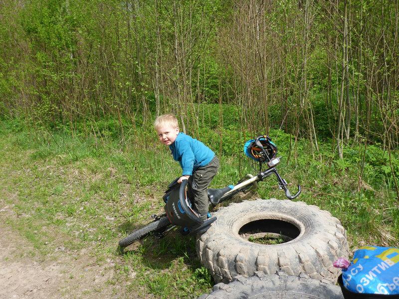 ребенок сам залезает в велокреслоэ