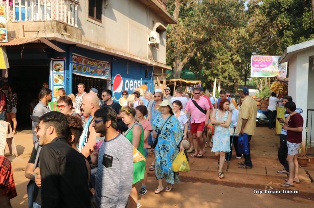Толпа туристов, которых привезли с организованной экскурсией