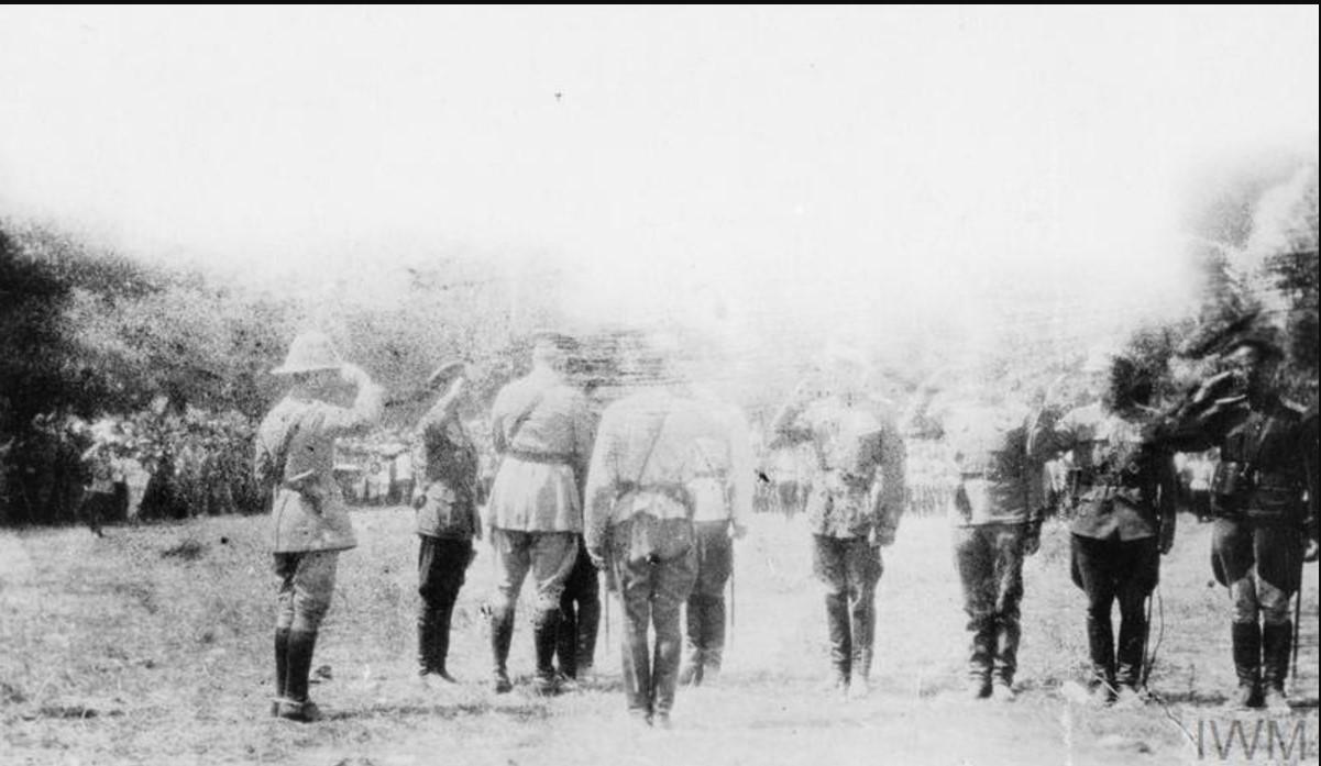 Генерал-майор Херберт С. Холман, глава британской военной миссии в Южной России награждает русских офицеров в Полтаве после захвата города, август 1919