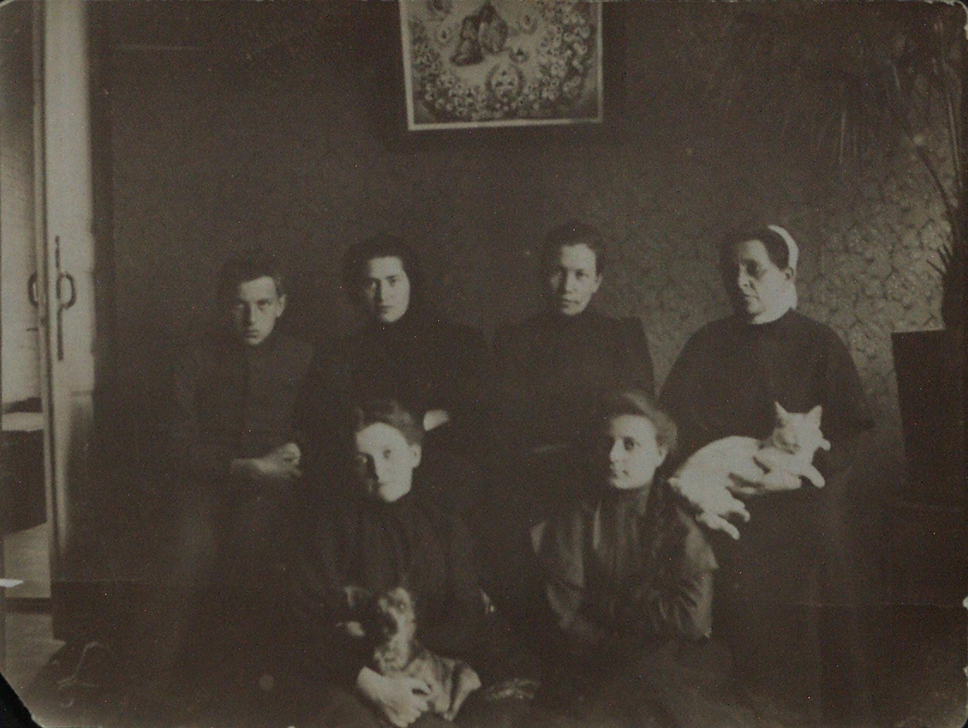 1906. Семья Маяковских перед отъездом в Москву Кутаиси