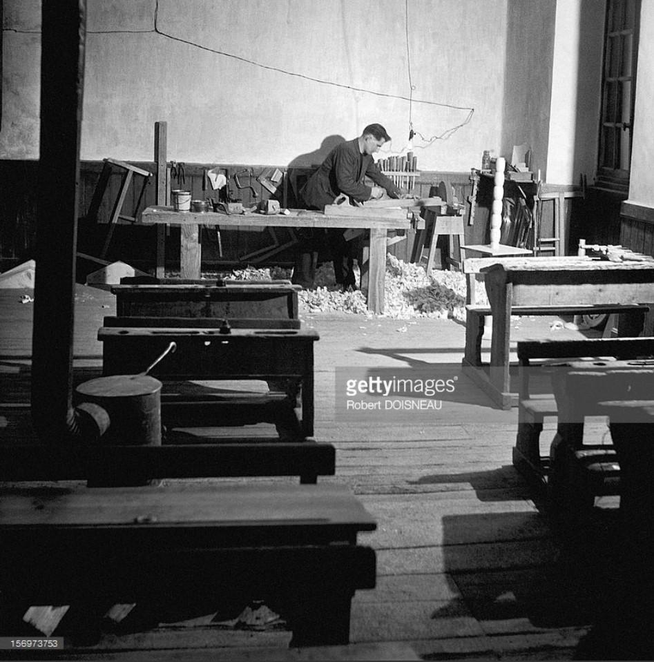 1947. Учитель начальной школы столярничает в классе, Сен-Веран