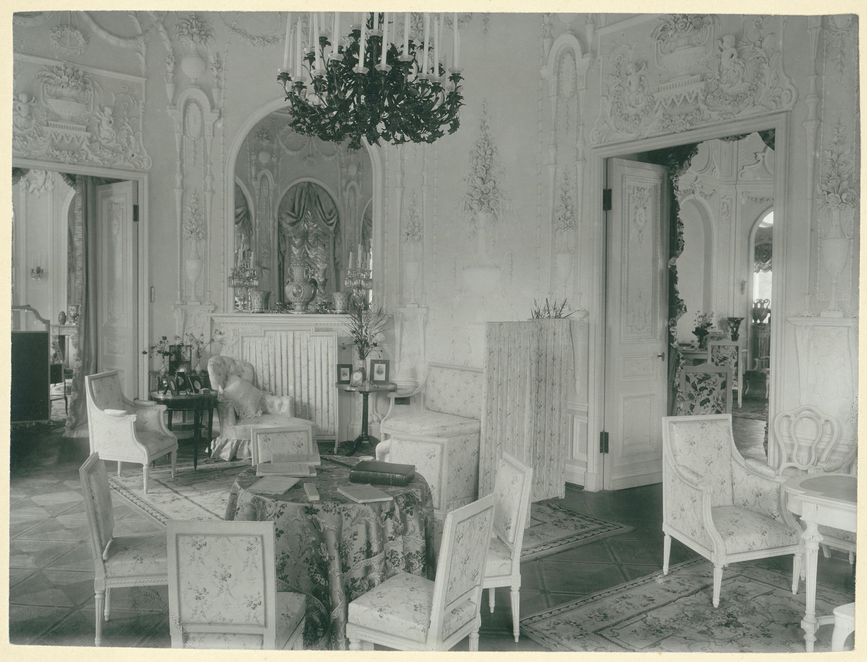 Дача князей Юсуповых в Царском Селе. Фрагмент интерьера гостиной. 1890-е