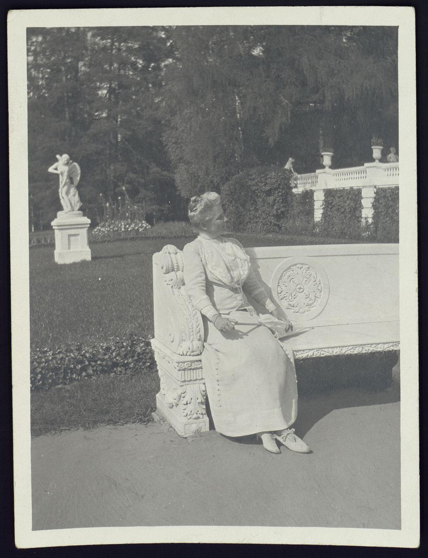 З.Н. Юсупова на мраморной скамье на нижней террасе в Архангельском. 1900-е