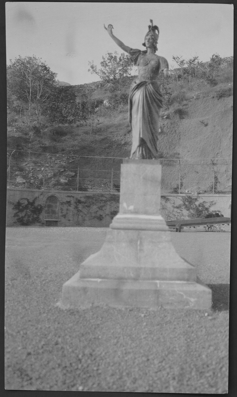 Имение князей Юсуповых в Кореизе. На набережной бронзовая фигура Минервы на пьедестале. Вид с юга, от моря