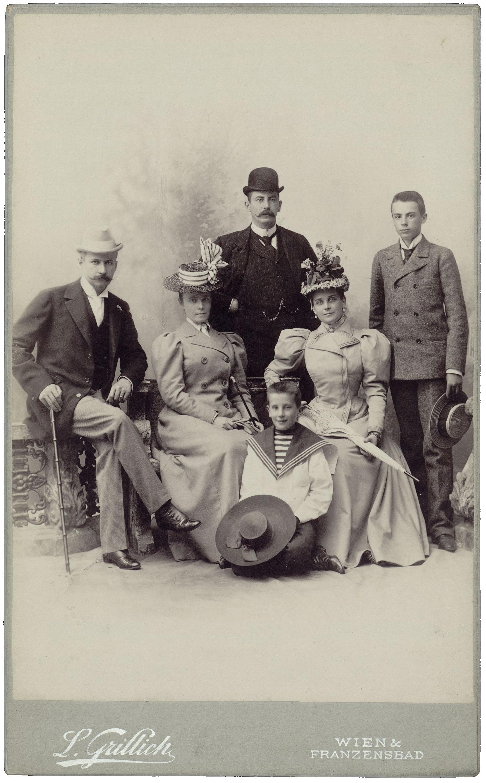 Семья князей Юсуповых, графов Сумароковых-Эльстонов с Н.Ф. Сумароковым-Эльстоном (крайний слева) и его супругой (вторая слева). 1900-е