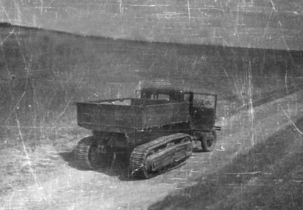 Брошенный полугусеничный автомобиль ГАЗ-60. 1941 год.
