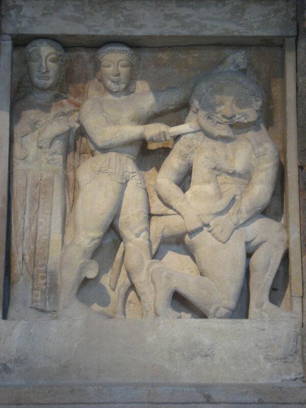 010-Персей отсекает голову Медузе на глазах Афины.jpg