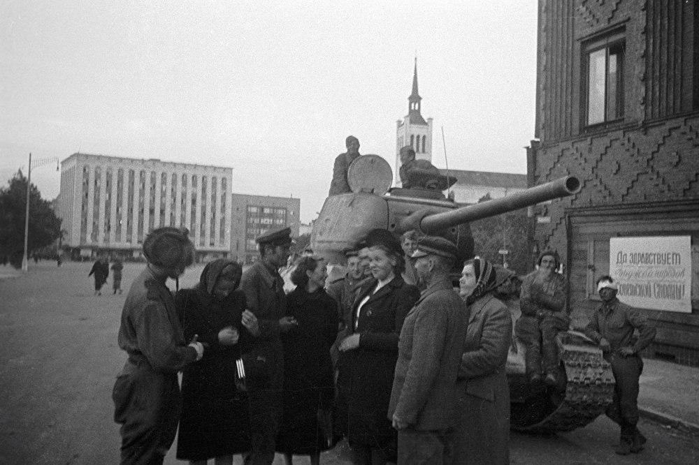 Жители беседуют с советскими танкистами, освободившими Таллин22_09_1944.jpg