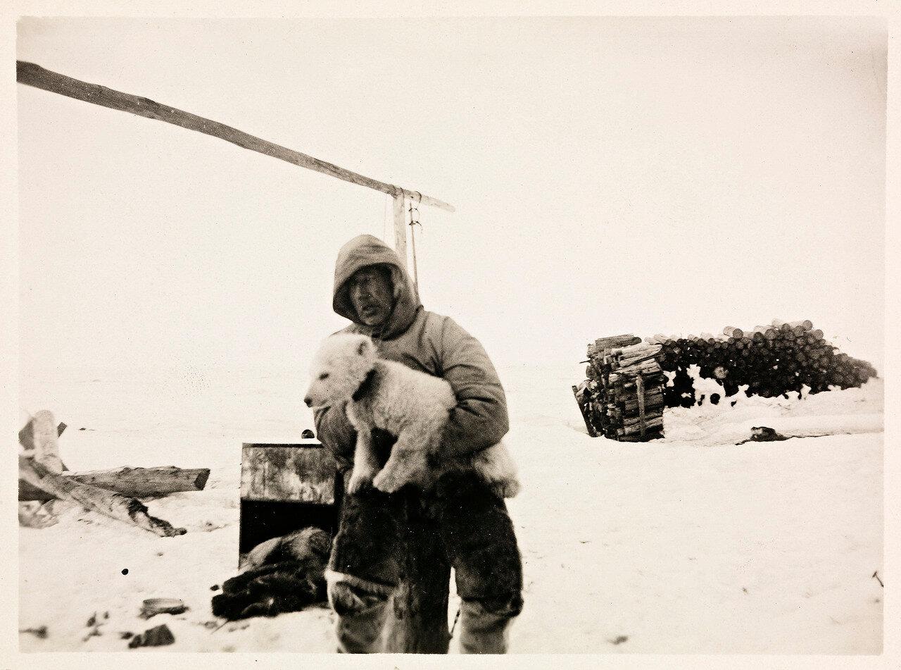Roald_Amundsen_med_isbjørnungen__Marie__under_armen,_mai_1920_(12114604674).jpg