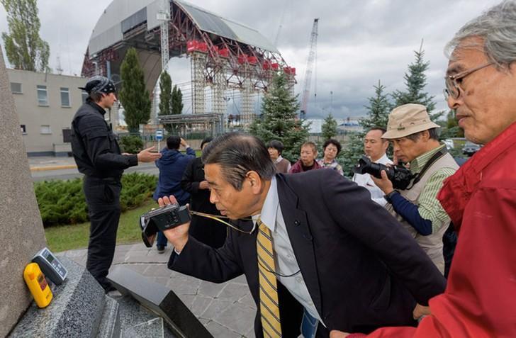 3. Туристы, некоторые из которых жили недалеко от АЭС в Фукусиме, Япония, поставили на памятник счет