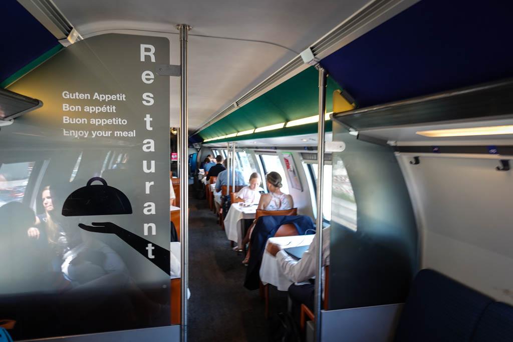 В двухэтажных поездах дальнего следования рестораны обычно наверху.