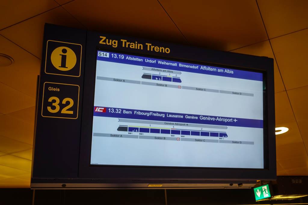 На платформах висят мониторы, показывающие, когда и куда прибудет следующий поезд, где он остановитс