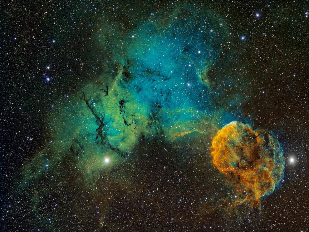 8. Спиральная галактика NGC 7331 в созвездии Пегас, на расстоянии около 43 миллионов световых л