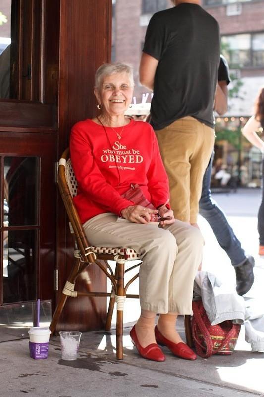 24. Я впервые встретился с этой женщиной на Синко де Майо. Она сидела одна в громком и переполненном