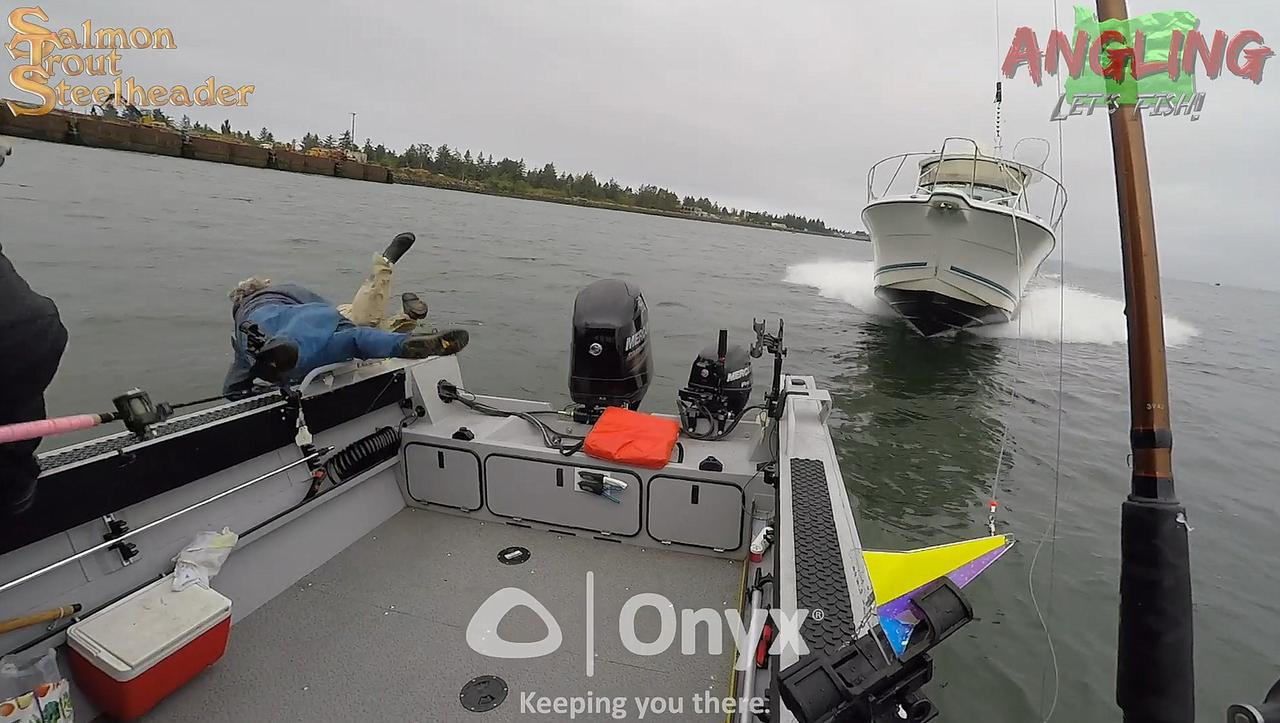 Катер на полном ходу протаранил лодку с рыбаками