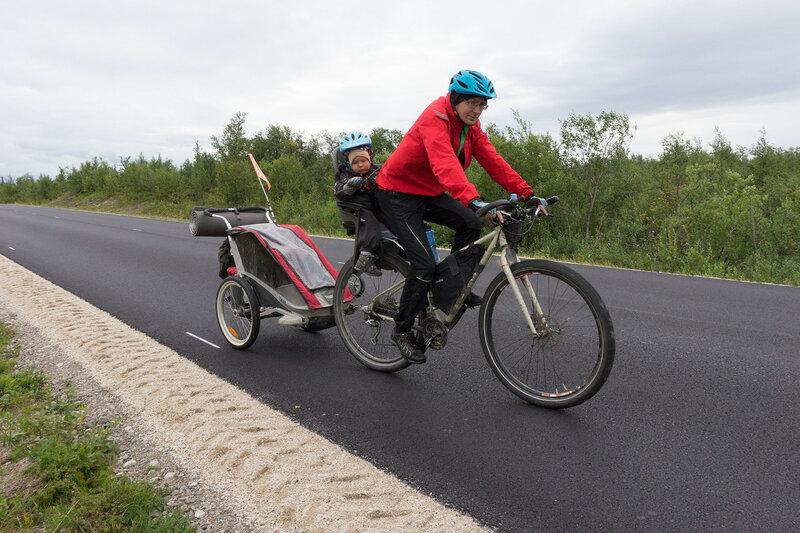 велопоход с ребенком с прицепом Thule chariot cougar и велокреслом hamax smiley