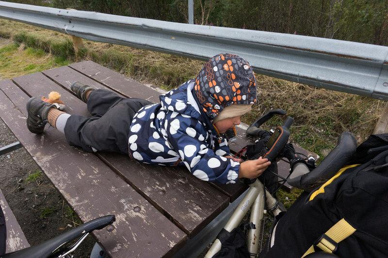 ребенок в походе рассматриваел карту в навигаторе