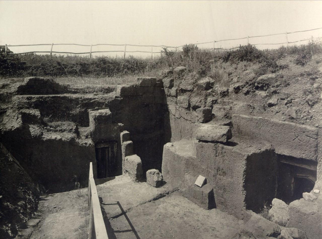 Гробница Тарквиния. Вход, вид сбоку