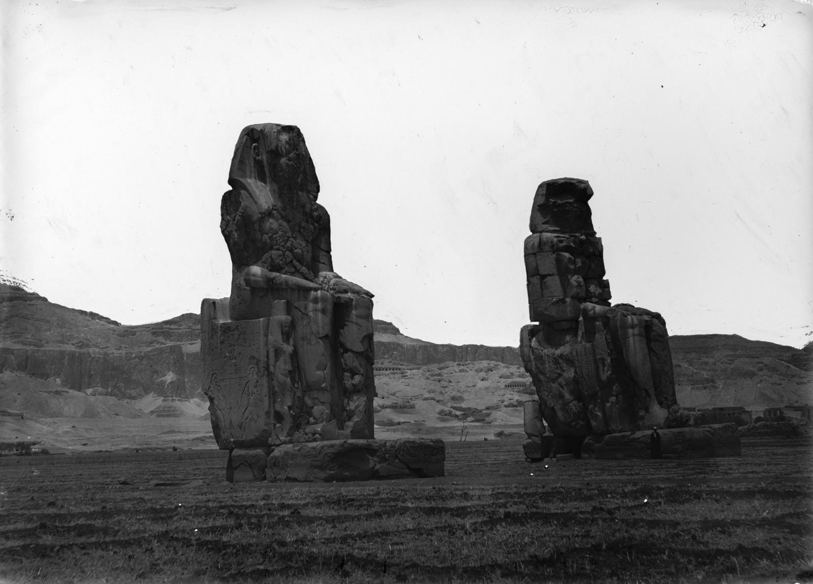 Фивы. Колоссы Мемнона. Две колоссальные статуи возле храма Аменхотепа III