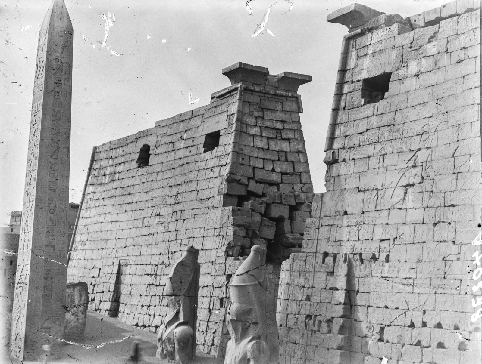 Луксор. Обелиск и две статуи перед входом в храм