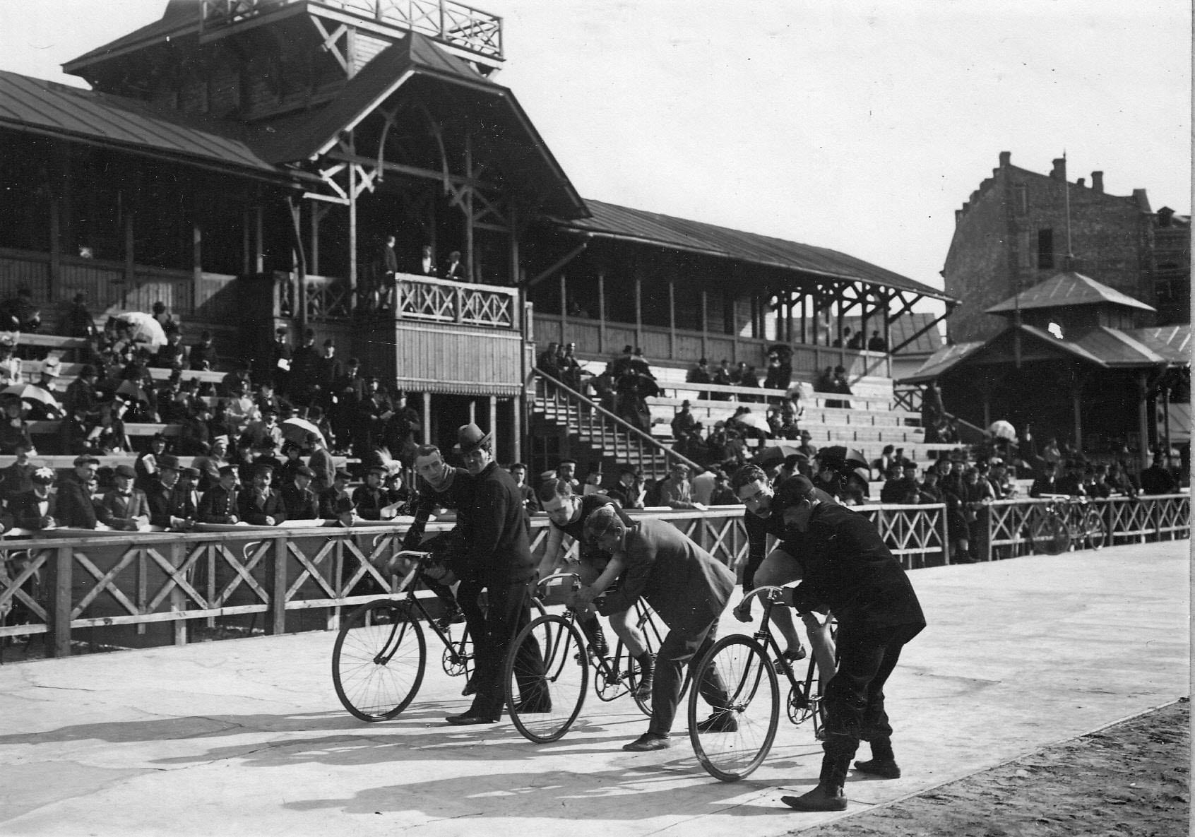 Гонщики на старте во время соревнований на велодроме