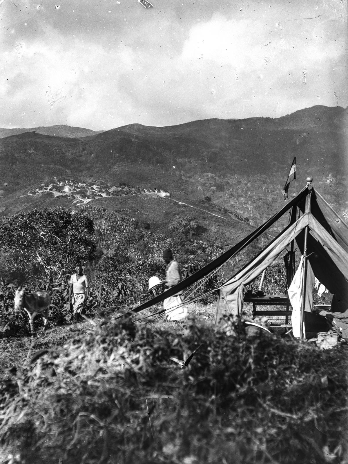 86. Вид с юга на деревню Бамбули. На переднем плане палатка экспедиции