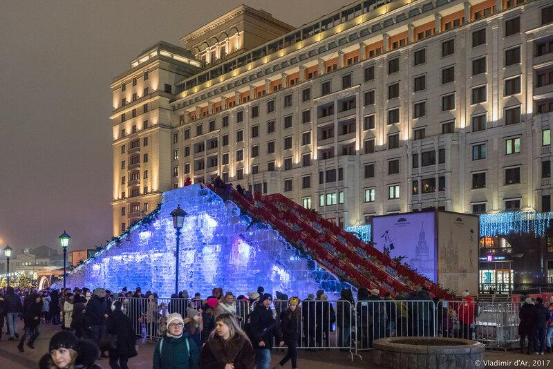 Новогодняя ледяная гора на Площади Революции