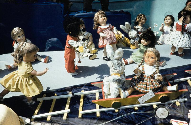 1959 Куклы в витрине магазина. Harrison Forman.jpg