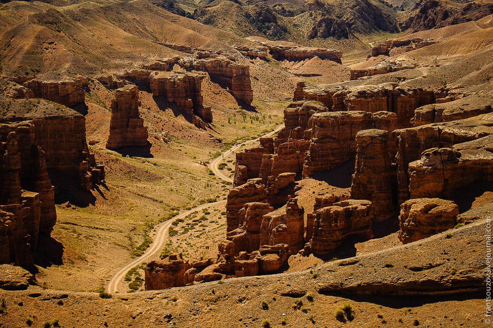Причудливые формы вершин каньона напоминают замки, что привлекает сюда туристов со всего света.