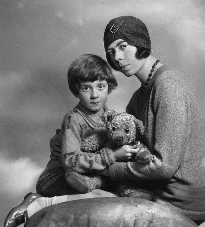 В семье Милнов ждали девочку, а родился мальчик, которого все равно стали воспитывать как девочку. О
