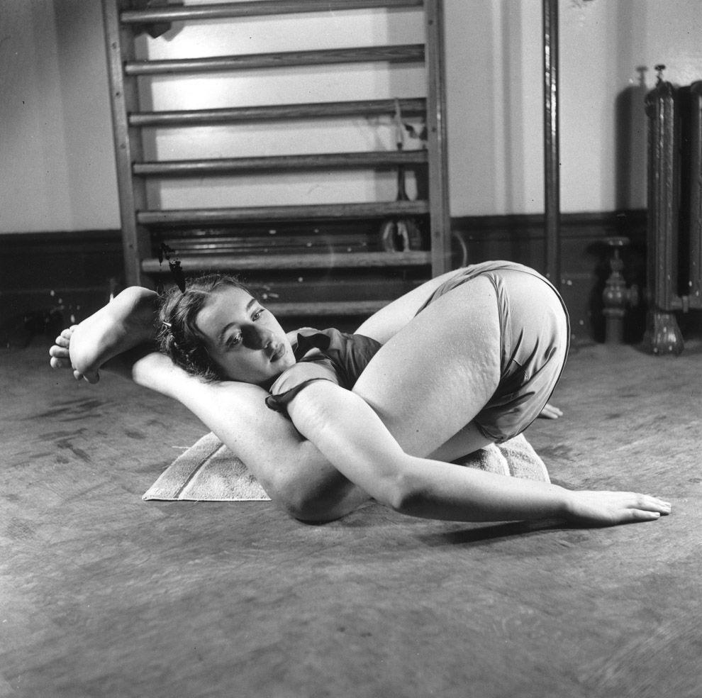 10. Май 1949 года.   15-летняя Памела Фаун выполняет упражнение на занятии в балетной школе Тан