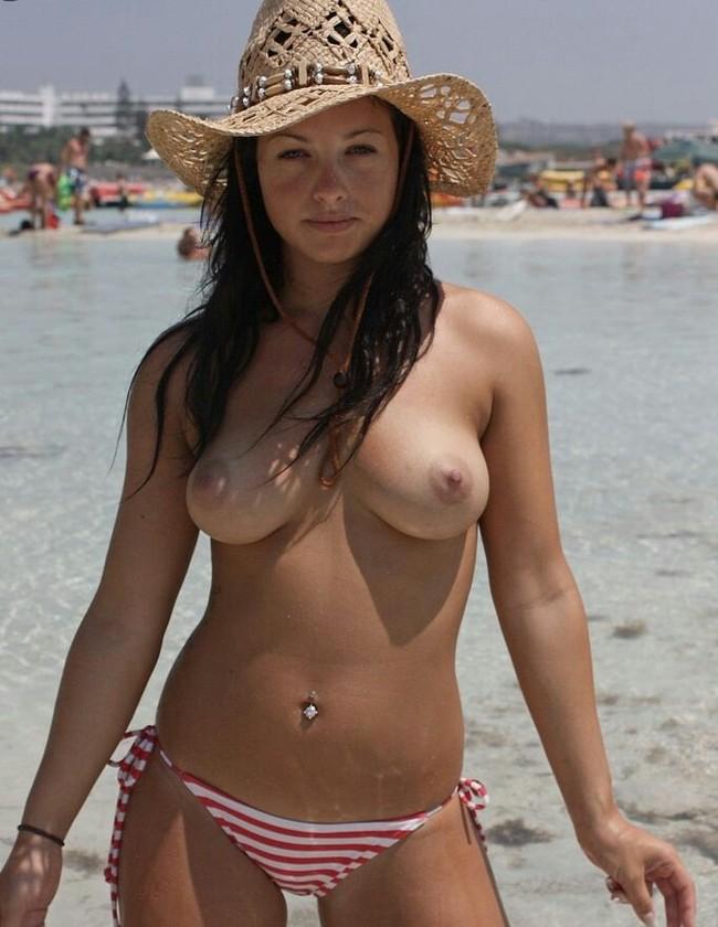 Девушки в бикини и топлесс на пляже, хуй для жены порно