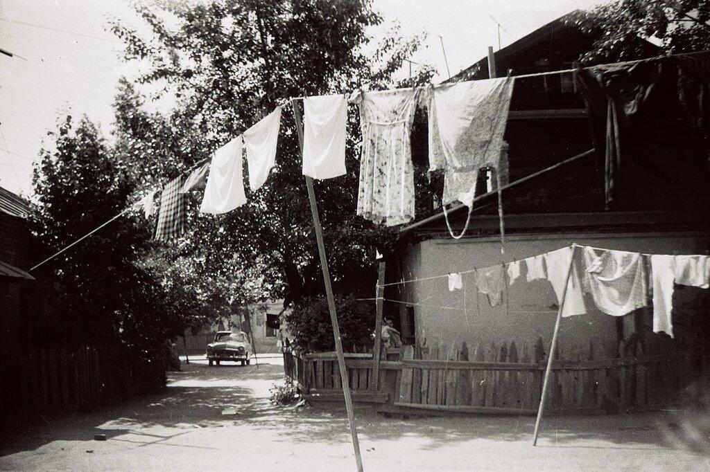 654516 Двор дома 30 по Суворовской улице нач. 70-х Анатолий Одиноков.jpg