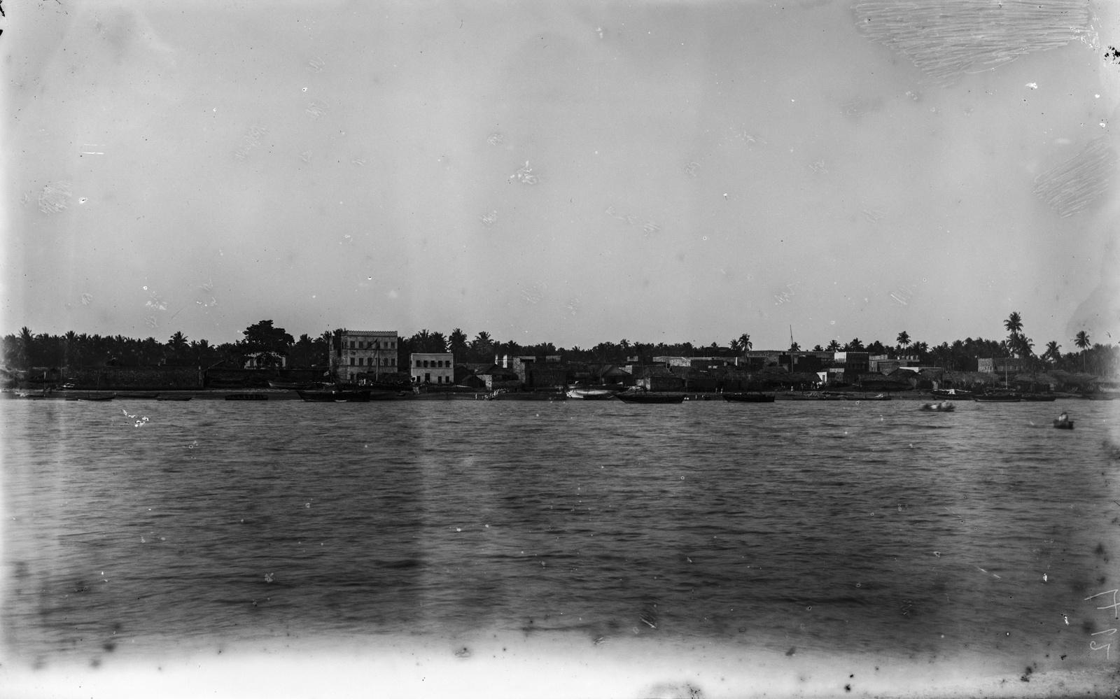 07. Вид с реки Пангани на здания одноименного портового города