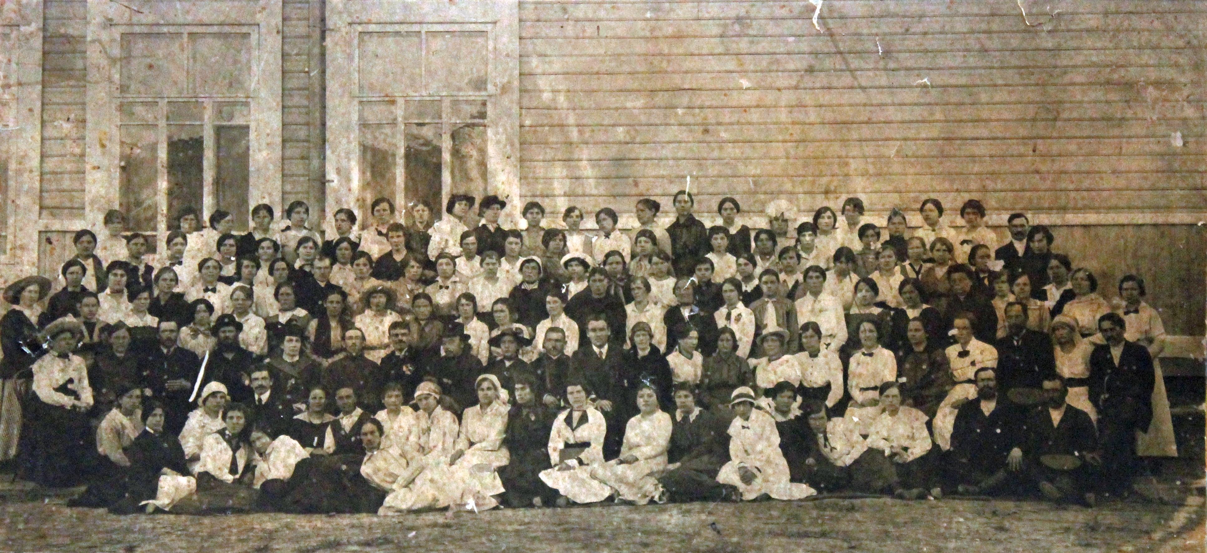 1917. Участники учительского совещания Тарского уезда на фоне гимназии