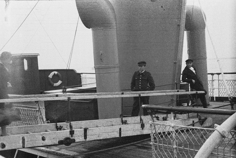 Два члена экипажа на верхней палубе