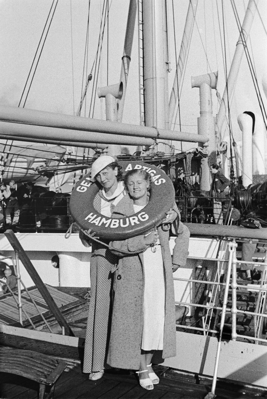 Средиземноморский круиз. Испания. Две пассажирки с спасательным кругом на палубе