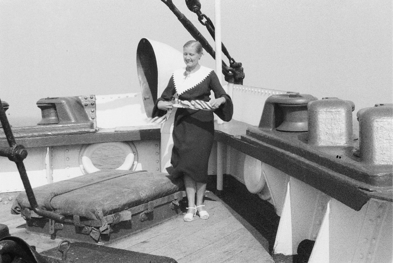 Молодая женщина на палубе