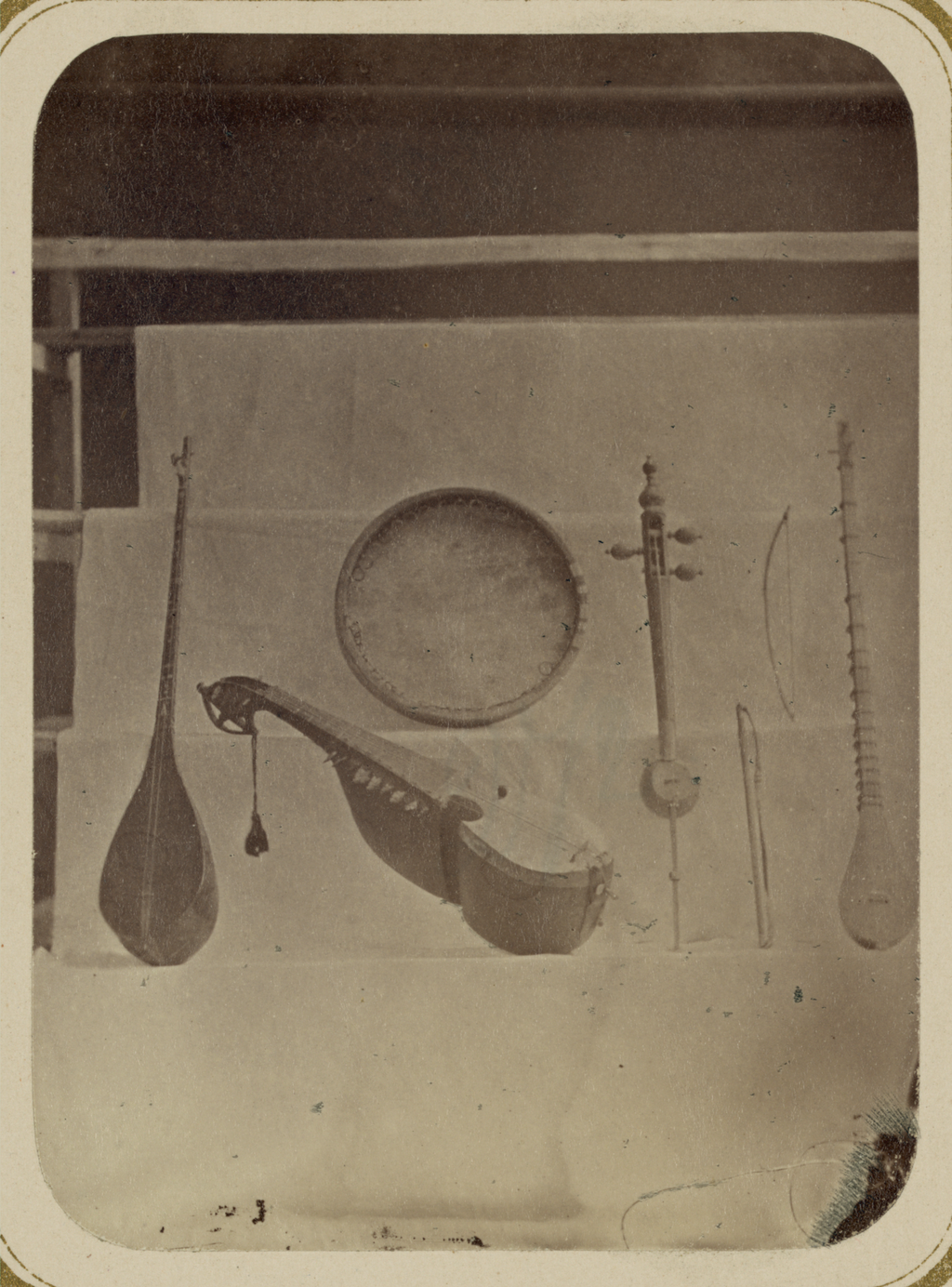 Музыкальные инструменты и музыканты. Струнные инструменты и тамбурин