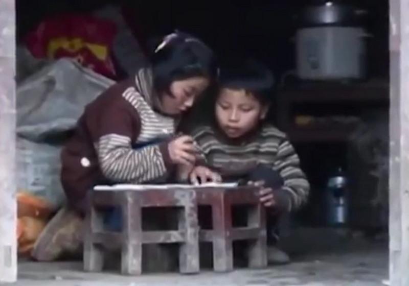 9-летняя девочка ежедневно носит в школу старшего брата-инвалида