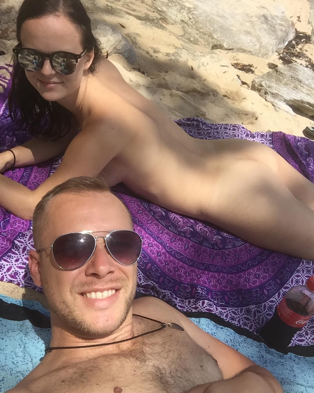 Пара выгладывает в Instagram свои голые фото, чтобы сделать мир прозрачнее